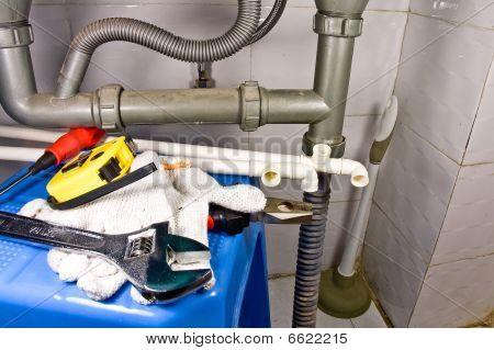 Equipamento sanitário morta com tubos e ferramentas diferentes.