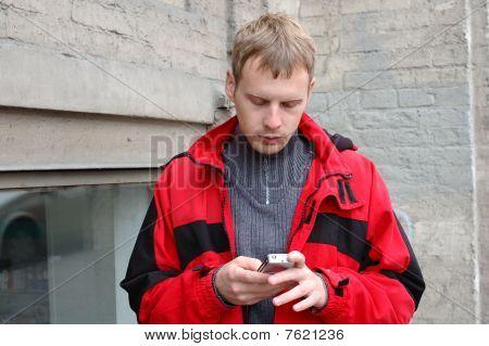 Jovem loira jaqueta palestra no telemóvel.
