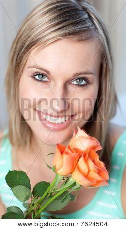 Portrait einer mich Frau holding Rosen