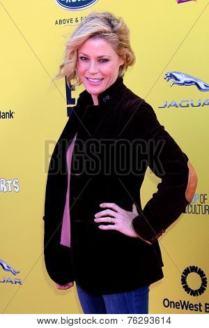 LOS ANGELES - NOV 16:  Julie Bowen at the PS Arts Express Yourself Benefit at the Barker Hanger on November 16, 2014 in Santa Monica, CA