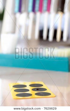 Placa de la muestra de medicina con gota de prueba