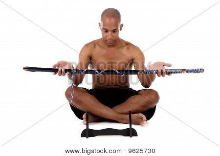 Atraente americano Africano jovem, espada