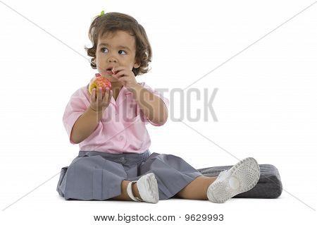 cute little Girl mit einen Apfel
