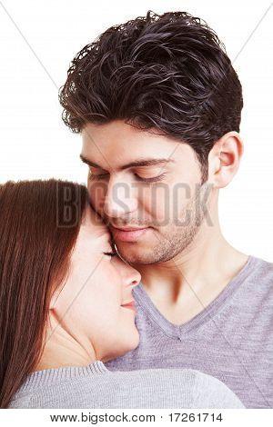 Casal no afago de amor
