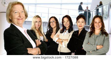 Reife geschäftsfrau führt einem vielfältigen Team von Frauen