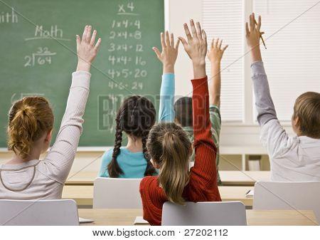 Estudiantes responder a pregunta del profesor