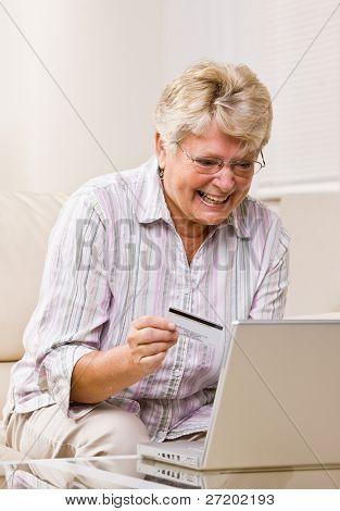 Mujer con tarjeta de crédito para comprar productos de internet