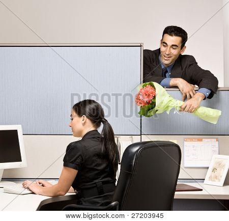 Empresario llevando flores de compañero de trabajo