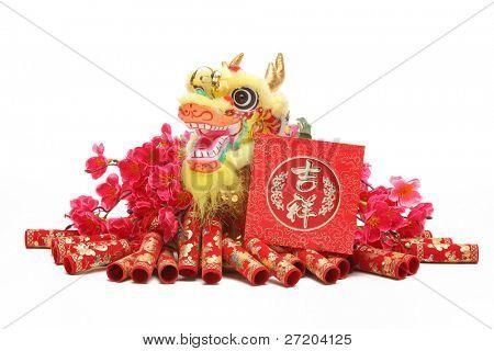 Enfeites de ano novo chinês - tradicional dançando do dragão, pacote vermelho e fogos de artifício.
