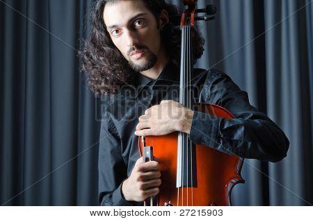 Mann Cello spielen