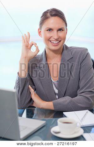 Porträt geschäftsfrau Unterzeichnung, das ist alles in Ordnung in ihrem Büro