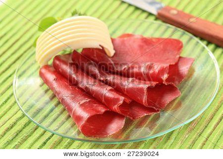 Lonchas finas de carne seca y mantequilla