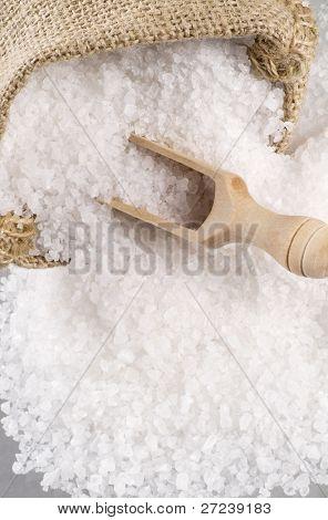Cristales de sal de mar en una cuchara de madera