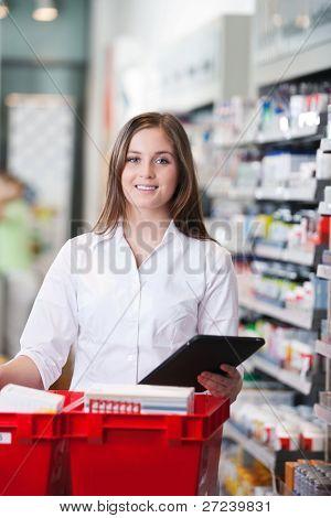 Retrato de farmacéutico mujer sonriente con tablet PC