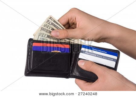 Repartiendo dinero en efectivo de una billetera de cuero para pagar las facturas.