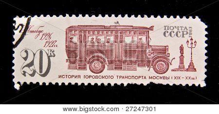 URSS - CIRCA 1982: Un sello impreso en USSR muestra pasajeros autobús 1926-1927 período, alrededor de 1982.