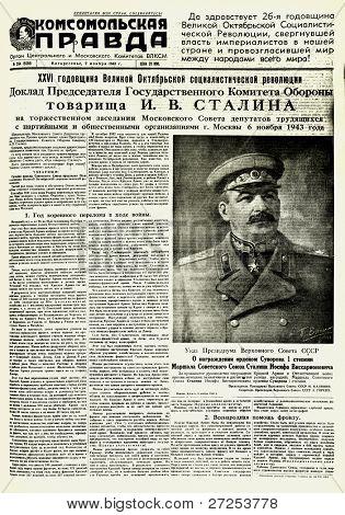 """Moscovo, URSS - 7 de novembro: Jornal soviético """"Komsomolskaya Pravda"""" com um retrato de Joseph Stalin - th"""