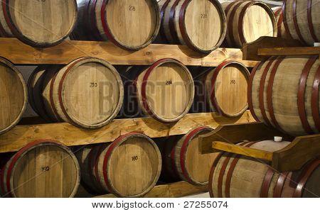 Weinfässer im Keller Wein Hof