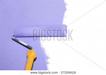 pintando uma parede com um rolo em roxo