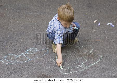 criança, baseando-se em carro de asfalto