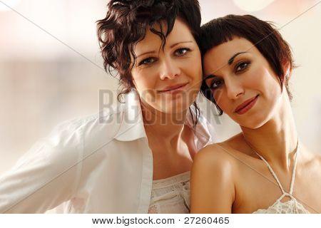 pareja de mujeres felices atractivo