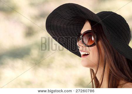 garota teen verão Alegre no Panamá e óculos de sol ao longo do plano de fundo natureza