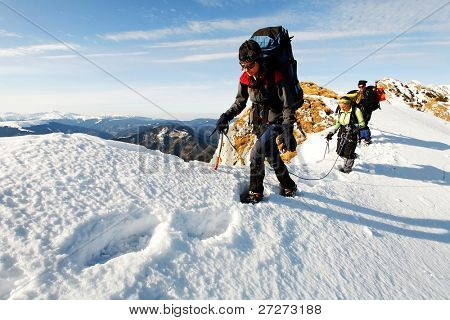 Team von drei Alpinisten Bergsteigen