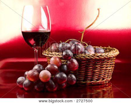 Rotwein und Trauben