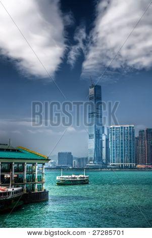 eine Fähre liegt am Victoria Hafen und ein weiteres weit weg am Meer in Hong Kong.