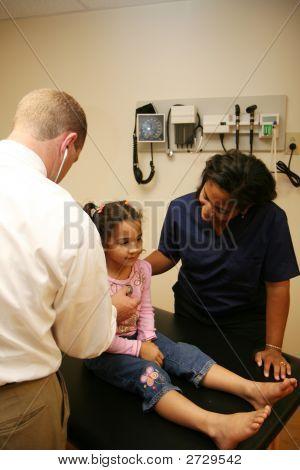 Arzt und Krankenschwester Check junge Patienten