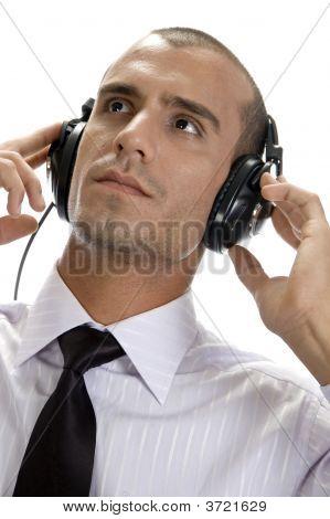 Empresario inteligente con auriculares