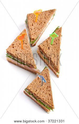 Grupo de sanduíches de chá com queijo, presunto e alface isolado no fundo branco