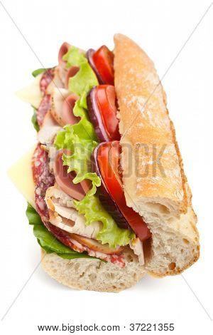 Metade do sanduíche de baguete de metro muito saboroso com alface, tomate, presunto, peito de Peru, salame e c