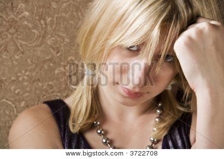 Menina bonita com a mão na cabeça