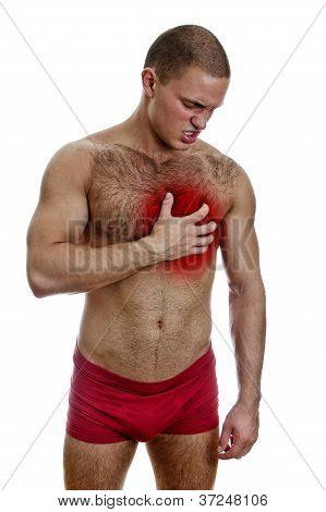 Vista frontal do homem musculoso com dor no peito. Isolado no branco.