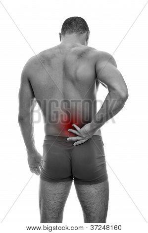 Vista traseira do homem musculoso com dor na coluna vertebral. Isolado no branco. Preto e branco
