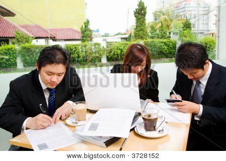 Grupo de pessoas de negócios ocupadas assinar documento