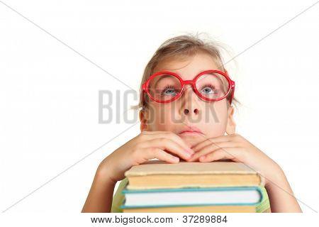 Niña en vasos representan la cara, ver, poner las manos en los libros