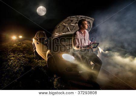 Junger Mann, erkunden die Karte auf Tablet-PC in der Mitte der Strecke in der Nacht