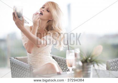 Hübsche Frau, die du Make up