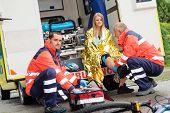 Постер, плакат: Велосипедов аварии женщина чрезвычайных доктор проверка ноги в автомобиле скорой помощи