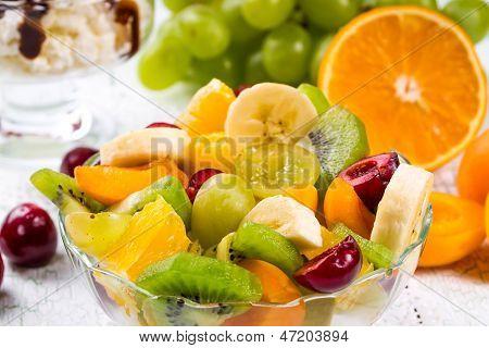 Salat von Früchten und Beeren