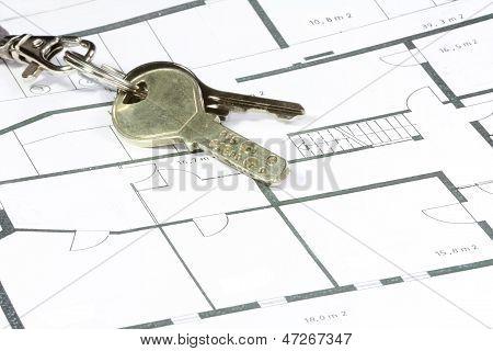 Llave de la casa en un plan de papel