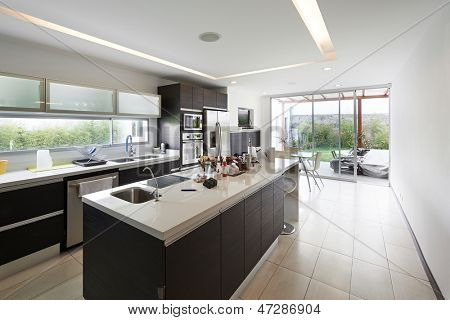 Design de interiores: cozinha moderna grande