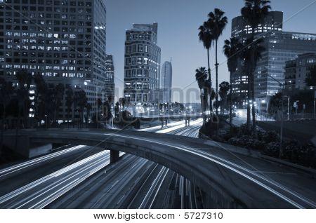 Tráfico a través del centro de Los Angeles