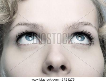 Closeup einer schönen Frau Nachschlagen