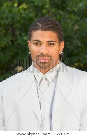 Portrait Kopf Schuss von ethnischen schwarzen Mann in weiß