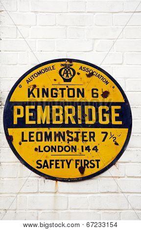 Destination distances sign, Pembridge.