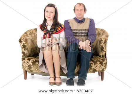 Pareja aburrida en el sofá