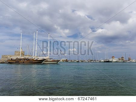 Medieval Fortress Of Saint Nicholas, Now The Site Of A Lighthouse, In Mandraki Harbour, Rhodes New T